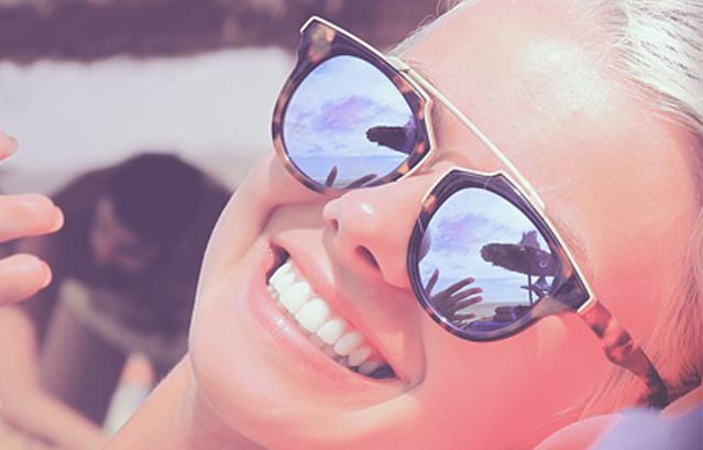 Ragazza che sorride con denti bianchi
