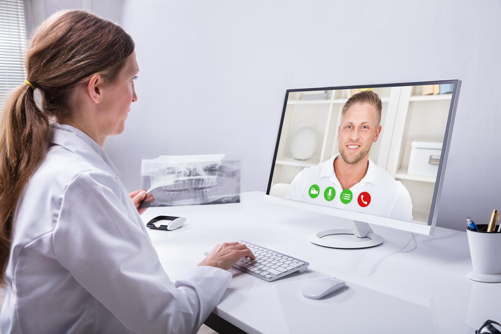 La dentista è in videochiamata con un paziente